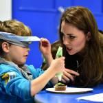 Kate Middleton gioca con i boy scout: fazzolettone al collo e occhi bendati 09