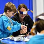 Kate Middleton gioca con i boy scout: fazzolettone al collo e occhi bendati 07