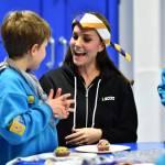 Kate Middleton gioca con i boy scout: fazzolettone al collo e occhi bendati 05