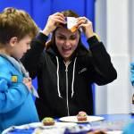 Kate Middleton gioca con i boy scout: fazzolettone al collo e occhi bendati 04