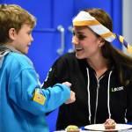Kate Middleton gioca con i boy scout: fazzolettone al collo e occhi bendati 3