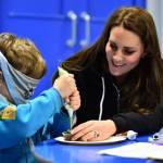 Kate Middleton gioca con i boy scout: fazzolettone al collo e occhi bendati 02