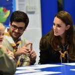Kate Middleton gioca con i boy scout: fazzolettone al collo e occhi bendati 21