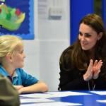 Kate Middleton gioca con i boy scout: fazzolettone al collo e occhi bendati 20
