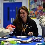 Kate Middleton gioca con i boy scout: fazzolettone al collo e occhi bendati 19