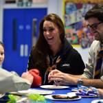 Kate Middleton gioca con i boy scout: fazzolettone al collo e occhi bendati 17