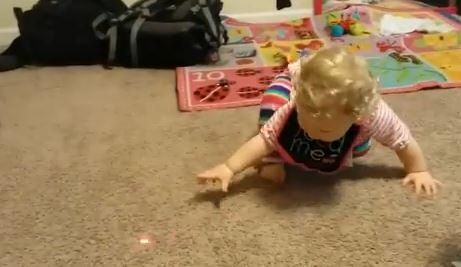 Come far divertire un bimbo a casa? Basta una luce colorata VIDEO