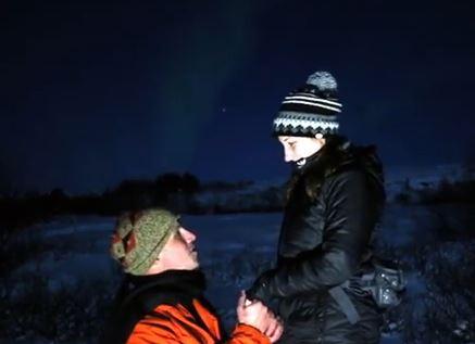 Proposta di matrimonio sotto l'aurora boreale VIDEO