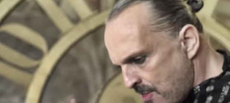"""Miguel Bosé torna con l'album """"Amo"""": il videoclip di """"Encanto"""""""