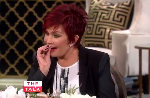 Sharon Osbourne, moglie Ozzy, perde un dente in diretta tv VIDEO