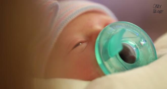 Il viaggio del papà filmaker per assistere alla nascita di sua figlia VIDEO