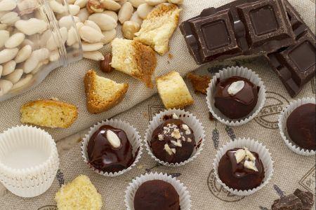 Ricette di dolci: tartufi al pandoro ricoperti al cioccolato