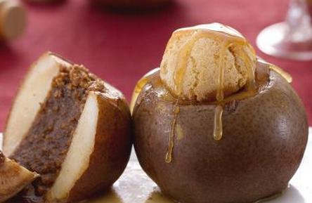 Ricette di dolci: pere con amaretti e salsa al brandy