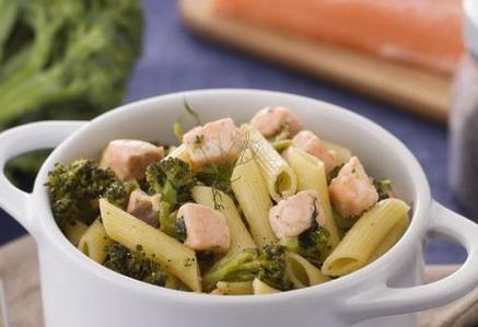 Ricette di pesce: pennette ai broccoli con salmone al finocchietto