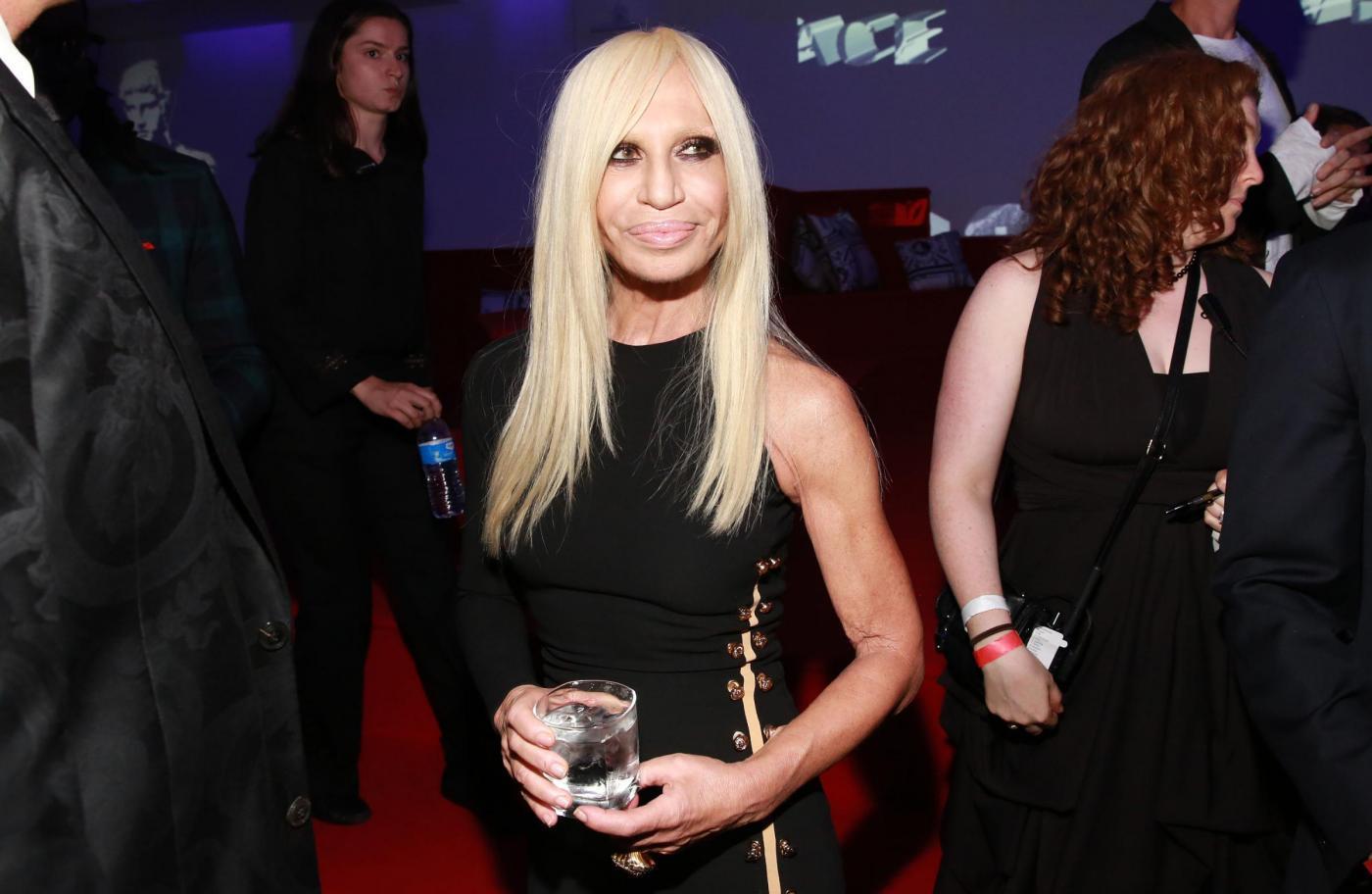 Donatella Versace racconta le amiche Madonna e Lady Gaga