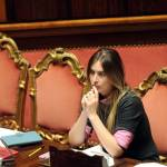 Maria Elena Boschi: vestito grigio e décolletées marroni. Look bocciato! FOTO