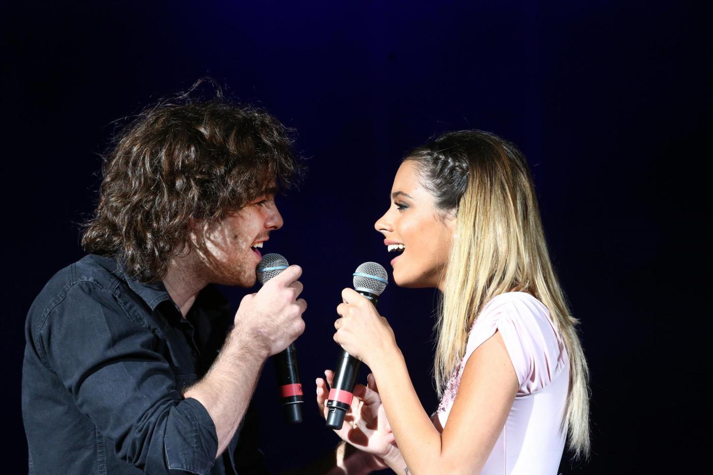 Violetta, Martina Stoessel, canta insieme al fidanzato Peter Lanzani FOTO