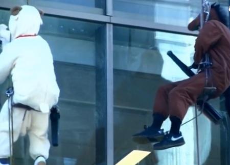 Cavallo e pecora puliscono vetri a Tokyo VIDEO