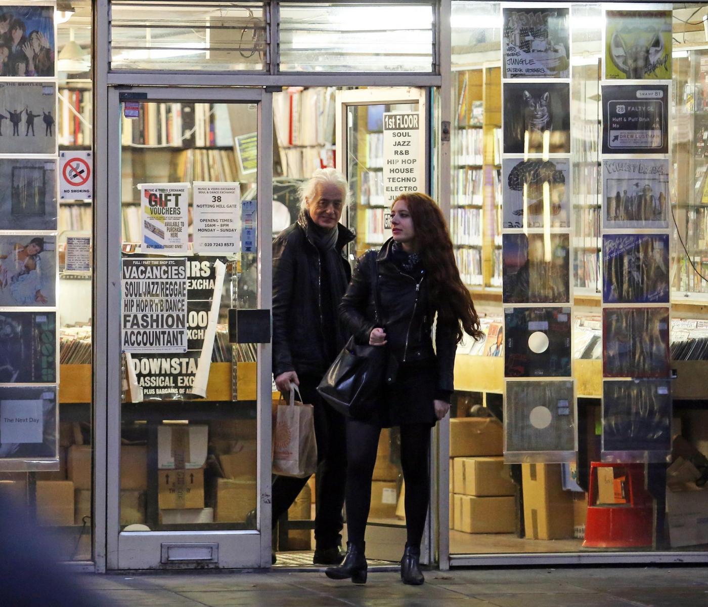 Jimmy Page e la fidanzata 25enne Scarlett Sabet: compleanno al fast food09