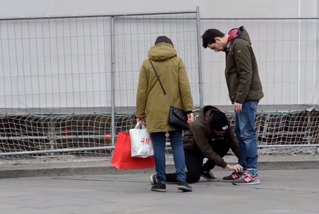 VIDEO YouTube: la crociata contro i risvoltini nei pantaloni