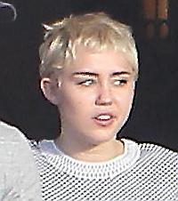 Miley Cyrus biondo platino al pranzo salutista col suo Patrick FOTO03
