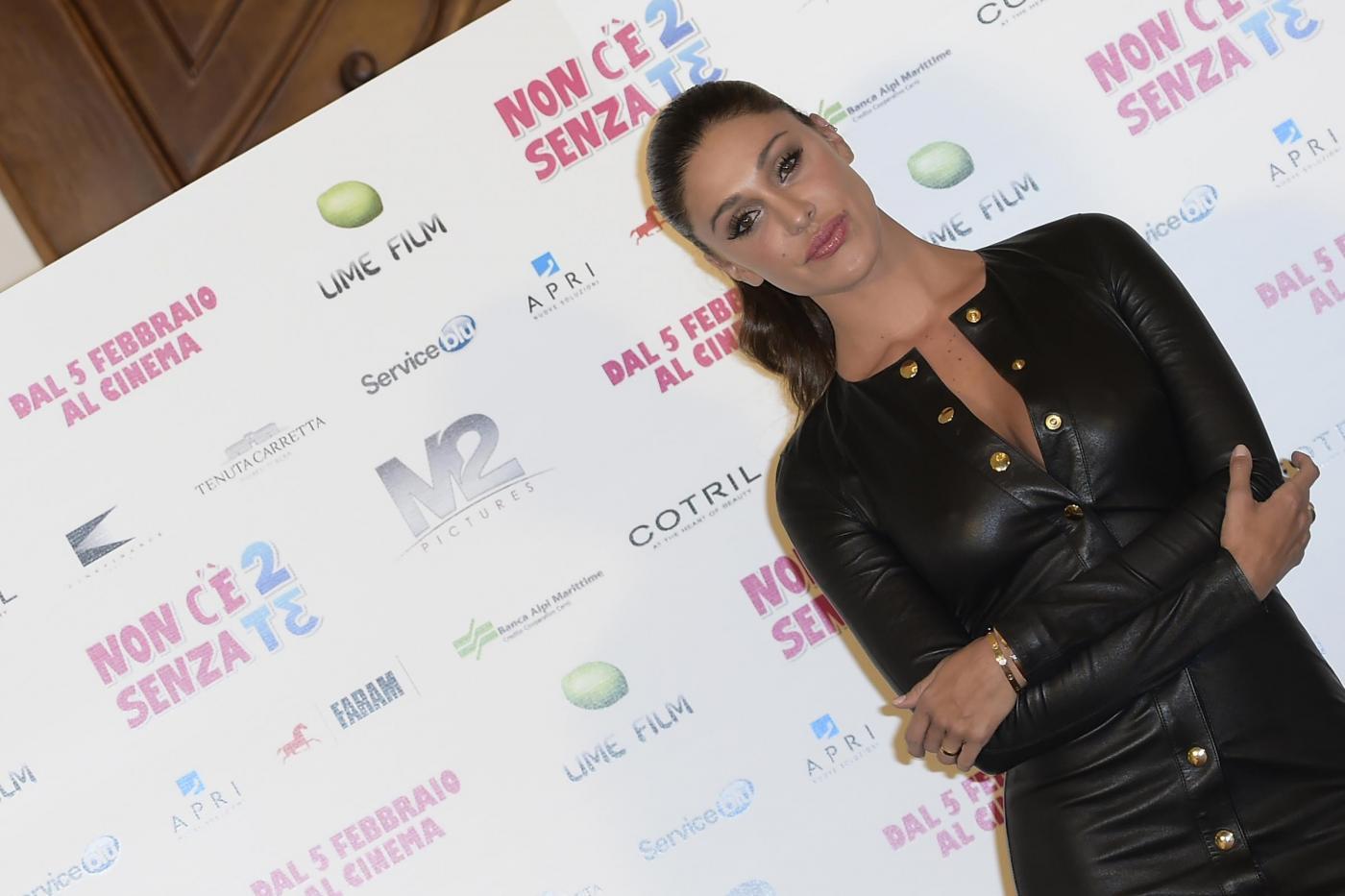 Belen Rodriguez versione fetish: sexy con il tubino in pelle FOTO