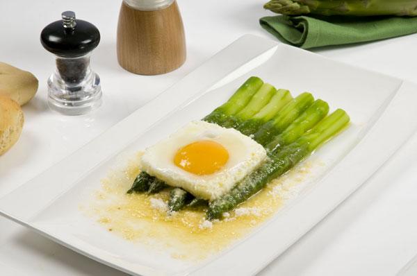 Uova, 5 ricette veloci: alla contadina, al cartoccio...