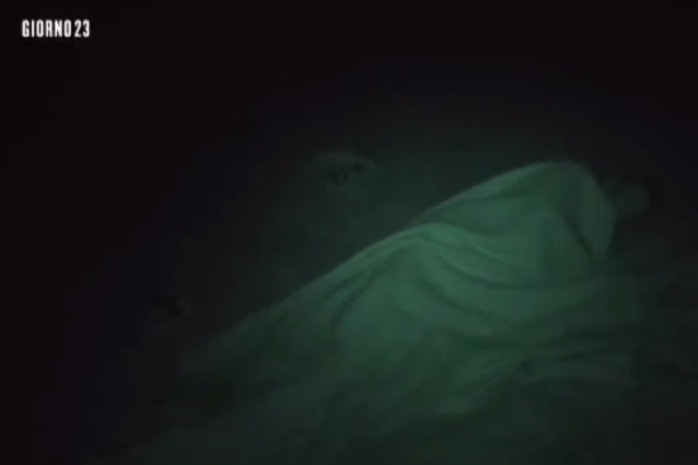 Isola, Cristina Buccino-Alex Belli sotto le coperte. Solo amici? VIDEO