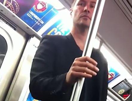 VIDEO Youtube, Keanu Reeves in metro a New York. Gentleman con una donna