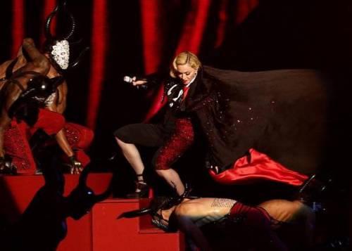 Madonna cade dal palco ai Brit Awards VIDEO