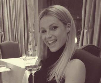 Michelle Hunziker, magie col pancione..ll bicchiere d'acqua di regge solo FOTO