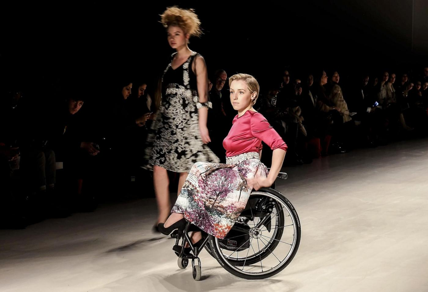 modelle in sedie a rotelle alla new york fashion week foto
