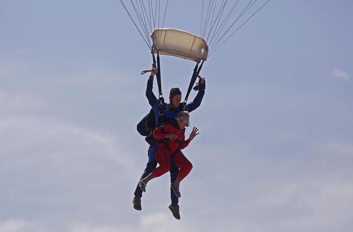 Compleanno record: anziana festeggia 100 anni lanciandosi col paracadute FOTO 4