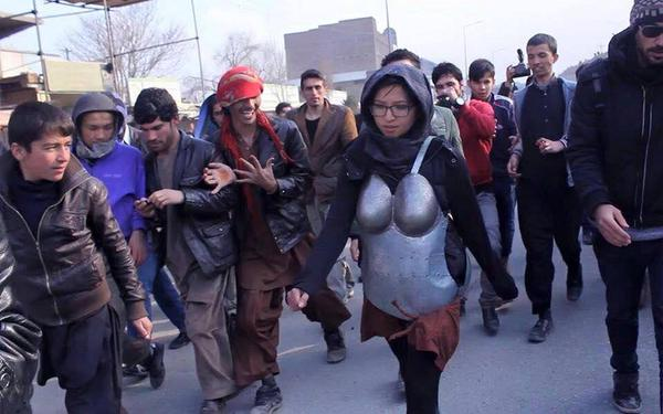 Afghanistan, Kubra Khademi cammina in strada con l'armatura anti-molestie04