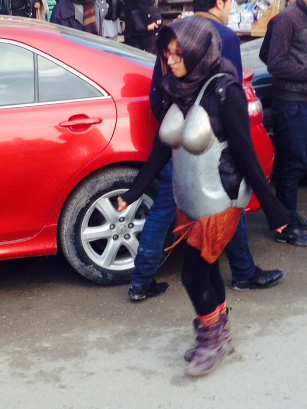 Afghanistan, Kubra Khademi cammina in strada con l'armatura anti-molestie03