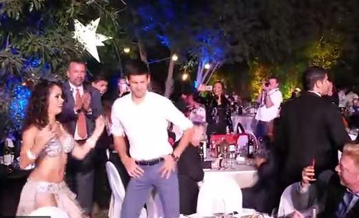 Novak Djokovic balla la danza del ventre VIDEO