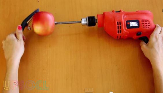 VIDEO Tutorial. Come sbucciare una mela con un trapano