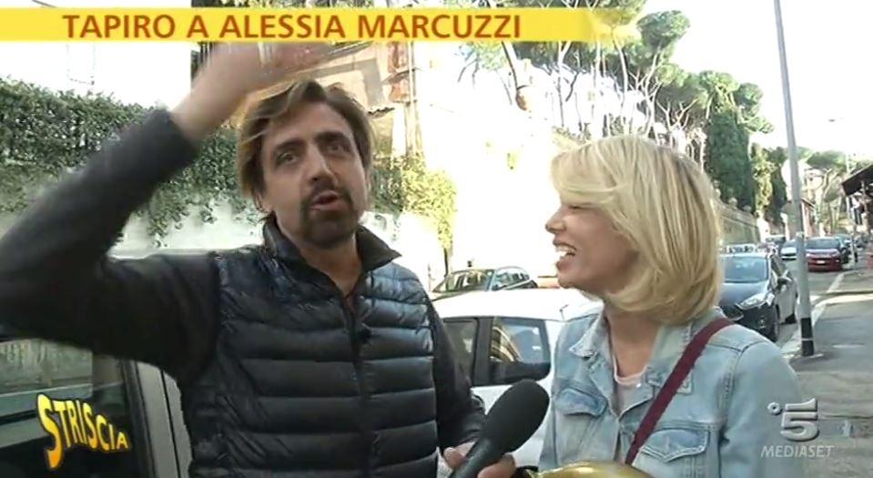 Isola, Alessia Marcuzzi riceve Tapiro di Striscia VIDEO