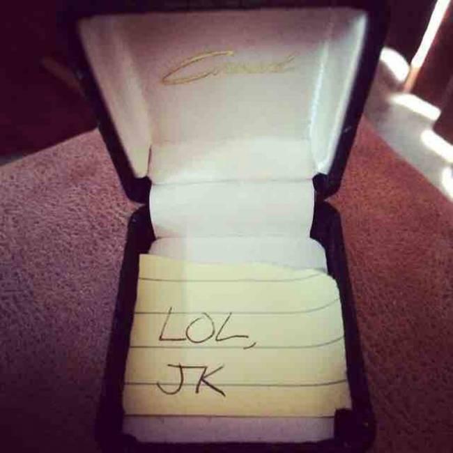 Lo scherzo più cattivo di sempre: anello per la fidanzata ma nella scatola...