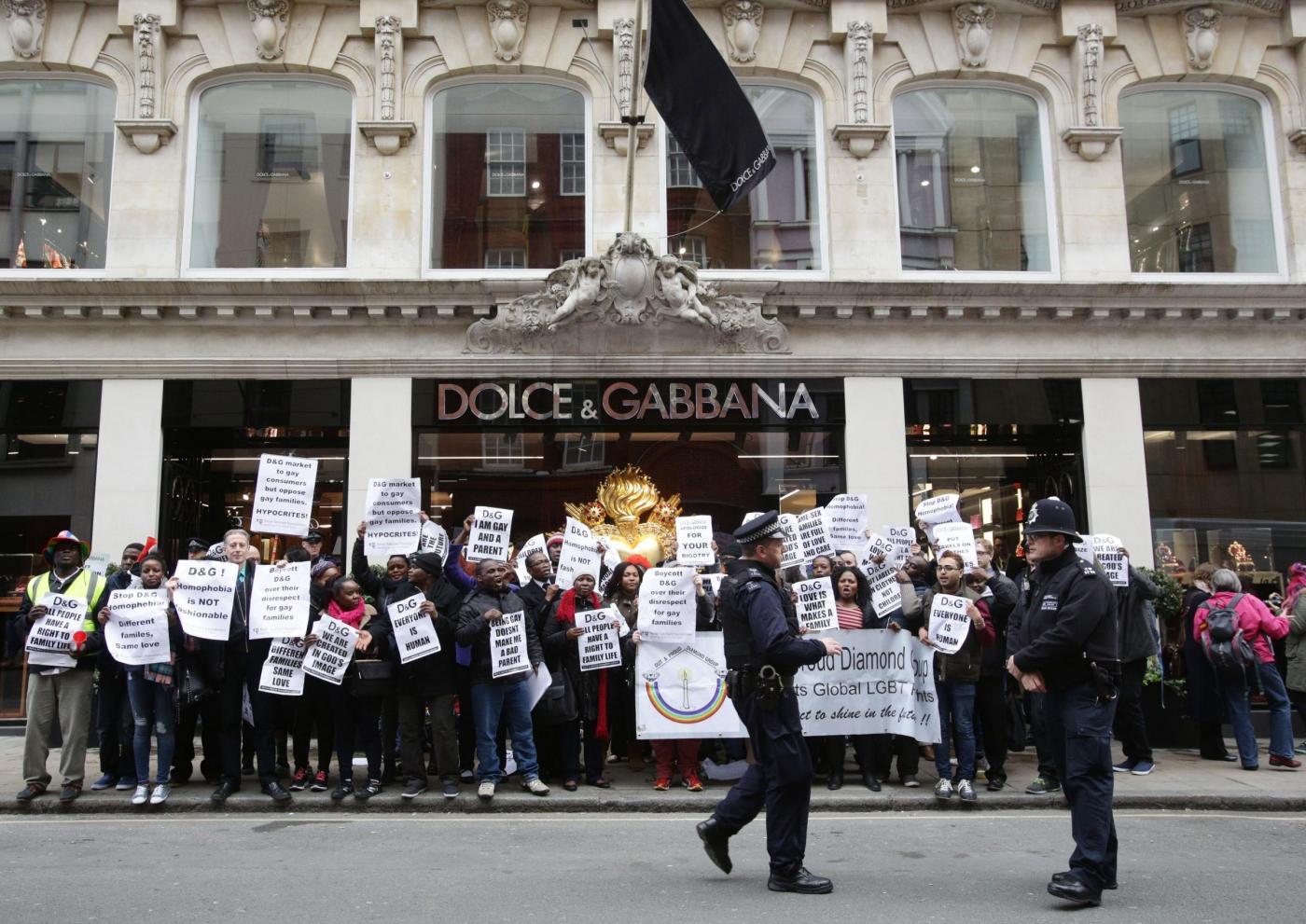 Dolce & Gabbana e l'utero in affitto: proteste davanti al negozio di Londra03