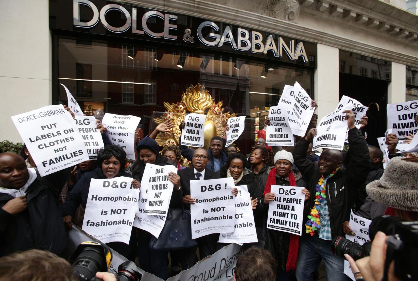 Dolce & Gabbana e l'utero in affitto: proteste davanti al negozio di Londra04