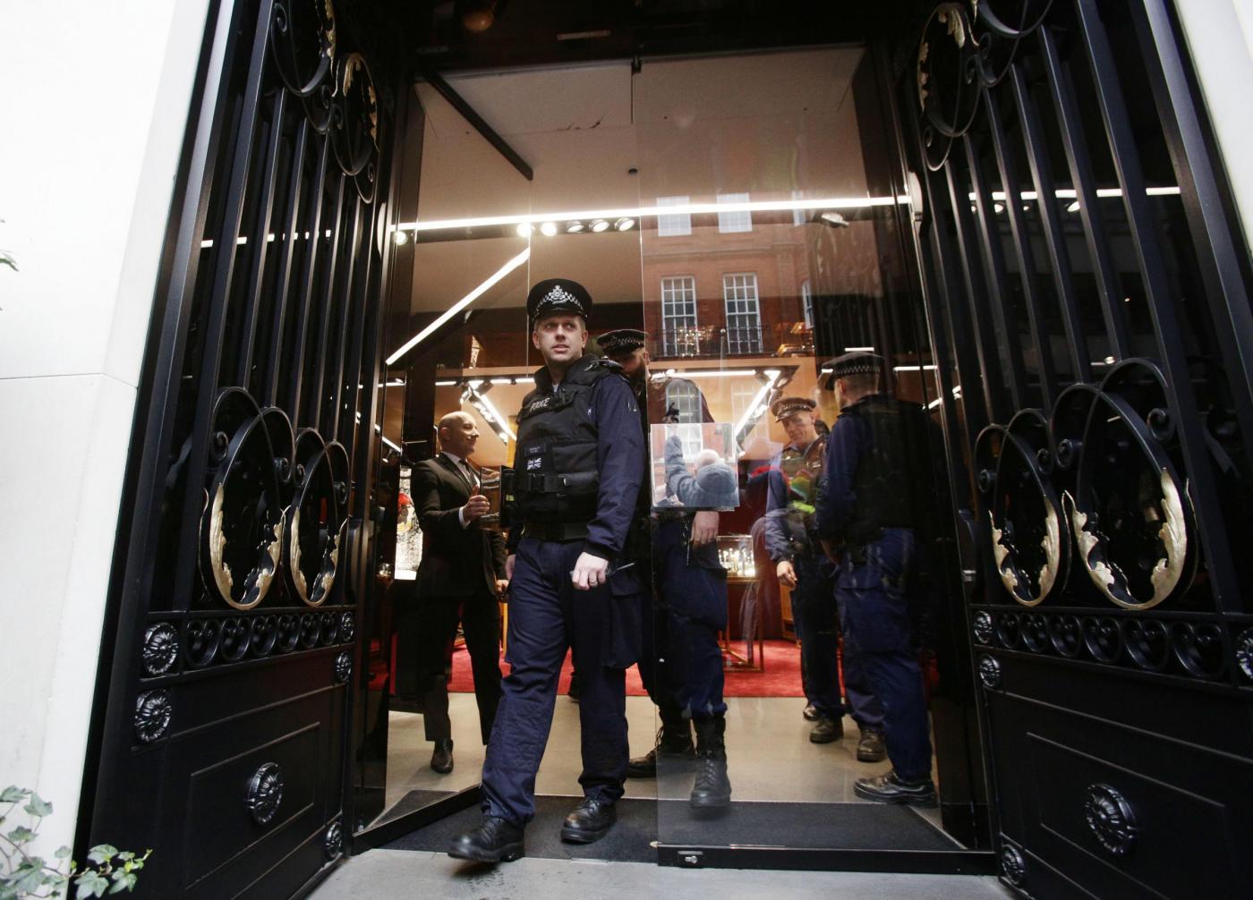 Dolce & Gabbana e l'utero in affitto: proteste davanti al negozio di Londra05