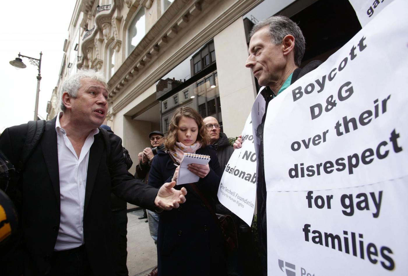 Dolce & Gabbana e l'utero in affitto: proteste davanti al negozio di Londra06