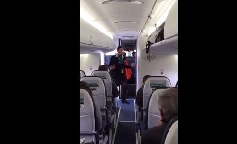 Hostess balla in aereo sulle note di Bruno Mars VIDEO