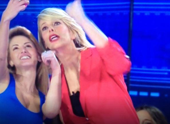 Isola dei famosi, Rosy Maggiulli chiede selfie in diretta alla Marcuzzi 5