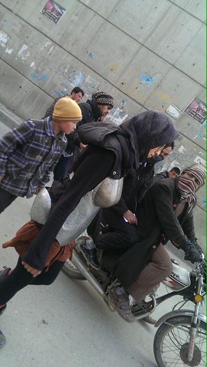 Afghanistan, Kubra Khademi cammina in strada con l'armatura anti-molestie 4
