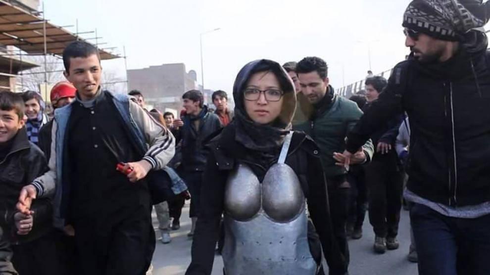 Afghanistan, Kubra Khademi cammina in strada con l'armatura anti-molestie