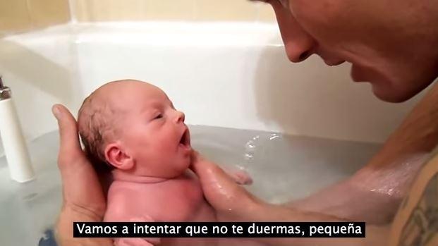 VIDEO Youtube, papà fa bagnetto alla figlia neonata per la prima volta