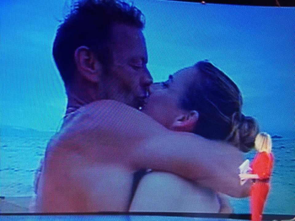 Isola dei famosi, bacio Rocco Siffredi e moglie Rozsa Tassi FOTO