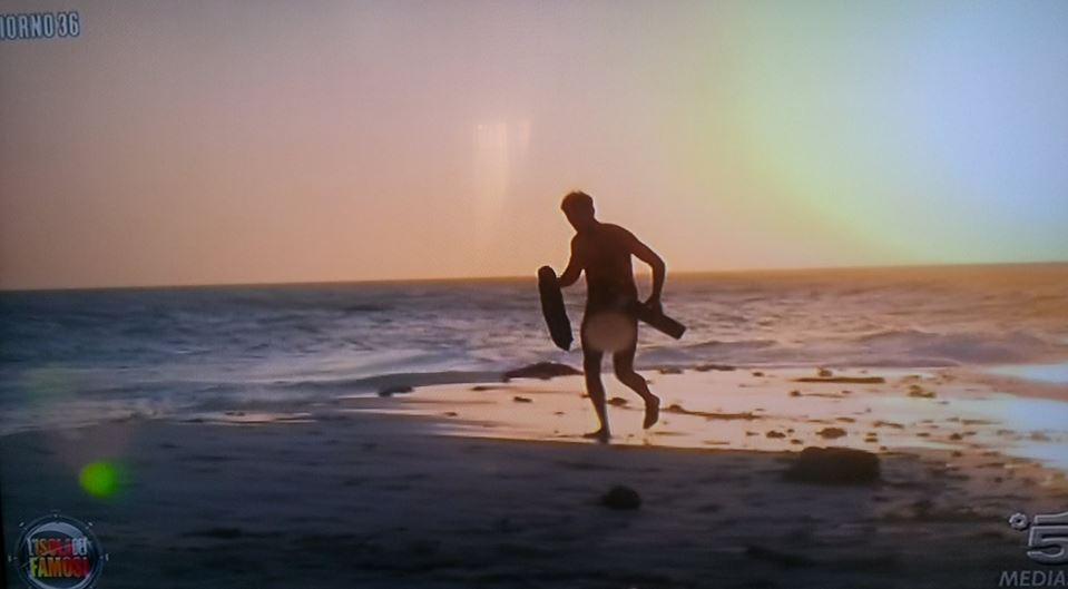 Isola dei famosi, Rocco Siffredi gira nudo in spiaggia FOTO